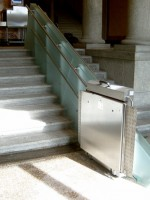 Plattformlift in Edelstahlausführung :: Sonderkonstruktion der Fahrbahnverkleidung