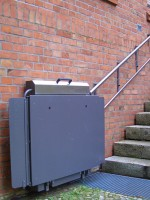 Plattformlift im Außenbreich der Zugangstreppe :: Die Fahrschiene ist mit Distanzen an dem Mauerwerk montiert