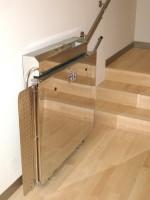Plattformlift aus Edelstahl für Innen :: Verdeckte Wandbefestigung für die Fahrschienen, die obere Fahrschiene ist frei von Schmierstoffen und als Handlauf zu verwenden