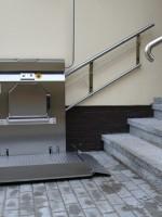 Plattformlift in Edelstahl :: Plattformlift mit zusätzlichen Klappsitz