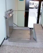 Plattformlift im Eingangsbereich :: Die schmale Bauform des Plattformliftes ermöglicht den Einbau in sehr engen Treppenläufen
